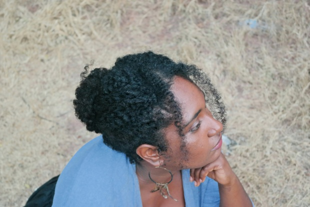 jupe midi noir chic et coiffure boheme